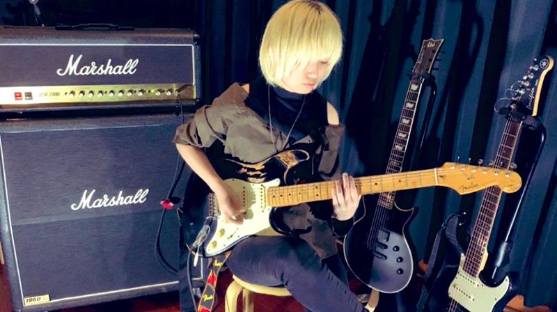 ギターのハト(女)さんの演奏風景2