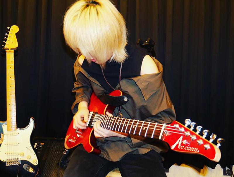ギターのハト(女)さんの演奏風景1